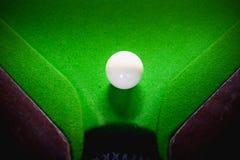 Palla dello snooker sulla tavola della superficie di verde Fotografia Stock