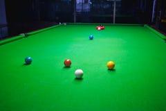 Palla dello snooker sulla tavola della superficie di verde Immagini Stock