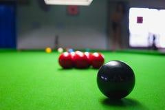 Palla dello snooker sulla tavola della superficie di verde Immagine Stock