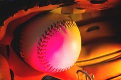 Palla di baseball ed il guanto da baseball, tendenza, luce rosa al neon Fotografia Stock