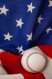 Palla di baseball sulla bandiera americana Fotografie Stock Libere da Diritti