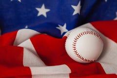 Palla di baseball sulla bandiera americana Fotografia Stock Libera da Diritti