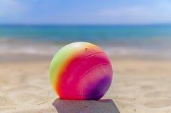Palla di beach volley nella priorità alta sulla spiaggia di sabbia Fotografia Stock Libera da Diritti