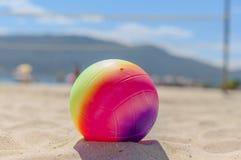 Palla di beach volley nella priorità alta sulla spiaggia di sabbia Fotografia Stock
