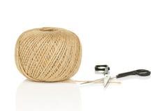 Palla di corda naturale con l'estremità sciolta e le forbici Fotografie Stock Libere da Diritti
