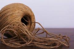 Palla di corda su un fondo di legno Fotografia Stock