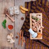 Palla di erbe della compressa degli ingredienti naturali della stazione termale e Ingredi di erbe immagini stock libere da diritti