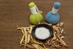 Palla di erbe della compressa per il trattamento dell'aroma della stazione termale Fotografia Stock Libera da Diritti