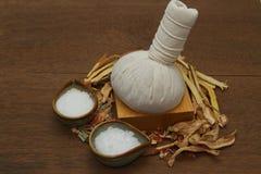 Palla di erbe della compressa per l'aroma della stazione termale Fotografie Stock
