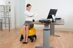 Palla di Exercising On Pilates della donna di affari Fotografia Stock