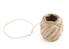 Palla di forte corda marrone sopra fondo bianco Fotografia Stock
