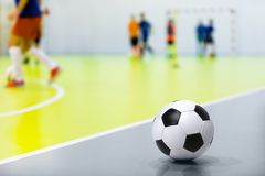 Palla di Futsal di calcio dell'interno Partita di calcio dell'interno nei precedenti Palestra di calcio dell'interno Fotografie Stock