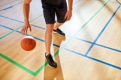 Palla di gocciolamento di pallacanestro dell'uomo del raccolto immagini stock libere da diritti