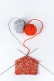 Palla di lana con i raggi per tricottare fatto a mano sulla tavola di legno Lane e ferri da maglia tricottare Fotografia Stock
