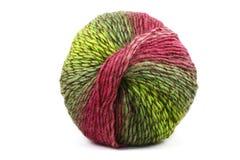Palla di lana variopinta, rosso e verde su bianco Fotografia Stock