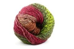 Palla di lana variopinta, rosso e verde su bianco Fotografia Stock Libera da Diritti