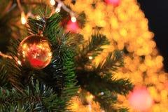 Palla di Natale alla notte Fotografie Stock