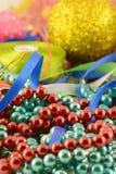 Palla di Natale, carta dell'invito del nuovo anno, diamanti e perle Fotografie Stock