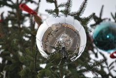 Palla di Natale con effetto dello specchio, nella città immagine stock