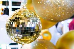 Palla di Natale con la bella carta da parati leggera Fotografie Stock