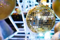 Palla di Natale con la bella carta da parati leggera Immagine Stock