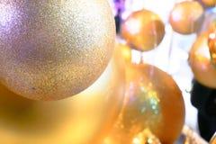 Palla di Natale con la bella carta da parati leggera Fotografia Stock