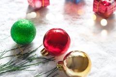 Palla di Natale con la scatola verde di regalo e del pino sul fondo di mattina della neve Fotografie Stock Libere da Diritti