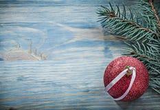 Palla di Natale del ramo del pino sulle feste c dello spazio della copia del bordo di legno Fotografia Stock Libera da Diritti