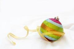 Palla di Natale dell'arcobaleno con il nastro su un fondo bianco Immagini Stock Libere da Diritti