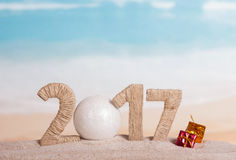 Palla di Natale e l'iscrizione 2017 nella sabbia Fotografie Stock