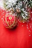 Palla di Natale e ramo attillato verde fotografia stock libera da diritti