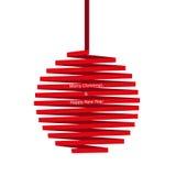 Palla di Natale fatta del nastro rosso isolato su fondo bianco Immagine Stock