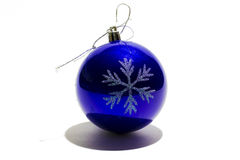 Palla di Natale isolata sul ritaglio bianco del fondo Fotografia Stock Libera da Diritti