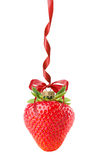 Palla di Natale nella forma della fragola isolata sulla parte posteriore di bianco Immagini Stock Libere da Diritti