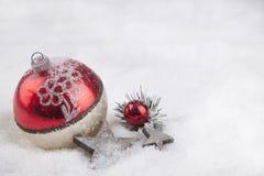 Palla di Natale nella neve Fotografia Stock Libera da Diritti