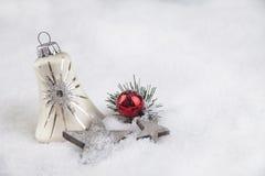 Palla di Natale nella neve Immagine Stock