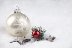 Palla di Natale nella neve Fotografia Stock
