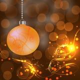 Palla di Natale su fondo dorato Immagine Stock
