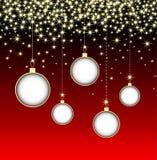 Palla di Natale su fondo rosso con i fiocchi di neve Fotografie Stock Libere da Diritti