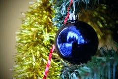 Palla di Natale Su un fondo della palla blu del lamé dorato fotografia stock