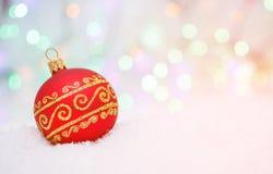 Palla di Natale sul fondo astratto del bokeh Immagini Stock Libere da Diritti