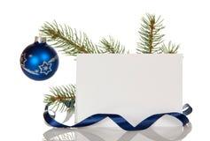 Palla di Natale sul ramo del pino, carta in bianco per le congratulazioni, isolata su bianco Immagine Stock