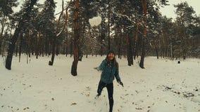 Palla di neve dei tiri della giovane donna che colpisce il movimento lento della macchina fotografica archivi video