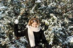 Palla di neve di lancio della giovane donna Fotografie Stock Libere da Diritti
