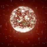 Palla di neve di vetro con la cartolina di Natale delle note musicali Immagini Stock