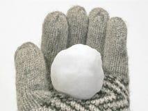 Palla di neve nel guanto di inverno immagini stock