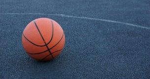 Palla di pallacanestro sulla corte che gioca pallacanestro fotografia stock
