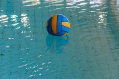Palla di pallanuoto in una piscina fotografia stock libera da diritti