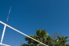 Palla di pallavolo all'aria fotografia stock
