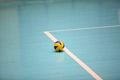 Palla di pallavolo sul pavimento Immagini Stock Libere da Diritti